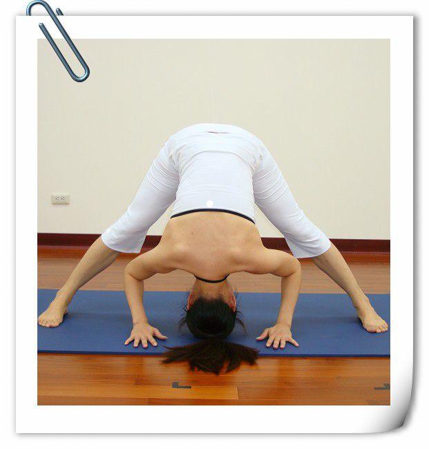 瑜珈動作-三角式前彎瑜珈是屬於全身曲線的雕塑,但在教學裡我會再將特有的修飾部位動作再把它分離出來,例  如這三角式前彎,身體在前彎時大腿後側肌群會再加深延展