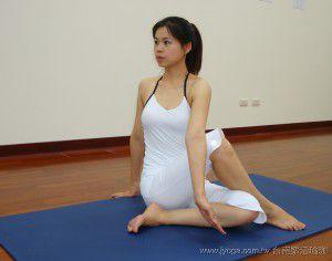 坐姿扭轉式 (瑜珈動作圖解-瑜珈教學14-腰部曲線雕塑)