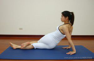 瑜珈教學46-腰線雕塑-勾腿扭腰式