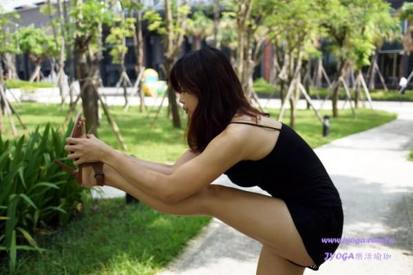 台南JYOGA樂活瑜珈-瑜珈教學-站姿頭碰膝式