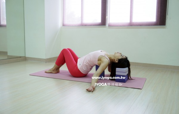 台南JYOGA樂活瑜珈-瑜珈教學-魚式-瑜珈磚輔助