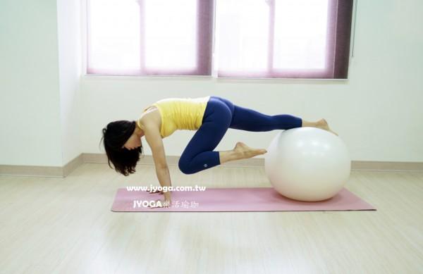 台南JYOGA樂活瑜珈-彼拉提斯抗力球-單腳屈膝往前