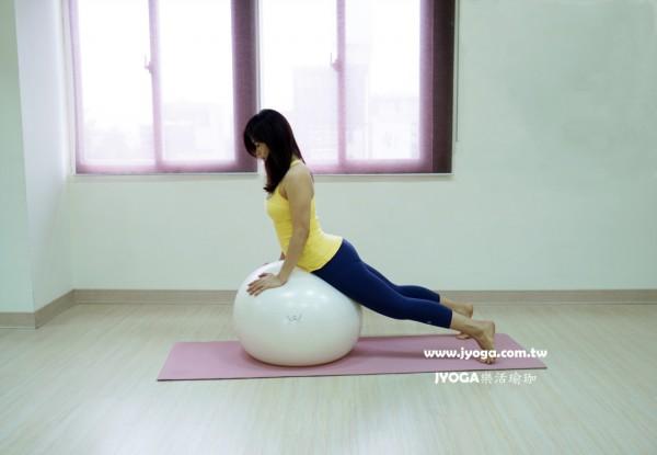 台南JYOGA樂活瑜珈-彼拉提斯抗力球-靠球扭轉